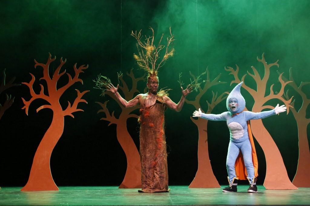 Más de 2000 escolares disfrutan de la obra de teatro La Bomberita, la gotita que apaga fuegos